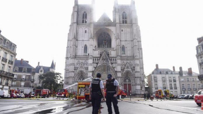 In fiamme la cattedrale